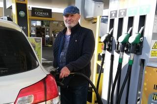Menej benzínu za viac: Jozef potrebuje jazdiť najmä za vnúčatami a cena pohonných hmôt mu to predraží.