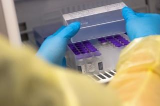 Zdravotníčka vyberá zo špeciálnej chladničky ampulky s vakcínou Biontech/Pfizer proti koronavírusu v očkovacom centre v Nemecku.