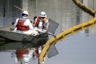 Miestni obyvatelia si olejový povlak na hladine mora a zápach ropy všimli už v piatok večer.
