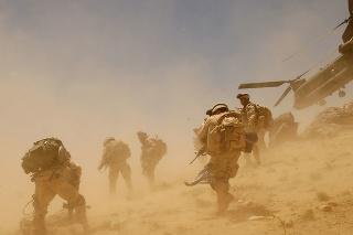 Americkí vojaci po výsadku z helikoptéry CH-47 nad dedinou Bagh v provincii Zábul 26. júna 2005.