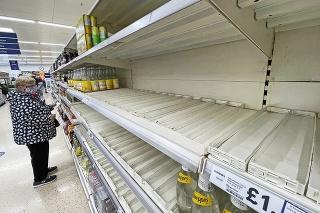 Britské obchody trápia  výpadky zásobovania, najmä v Londýne a na juhu Anglicka.