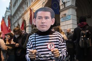 Stovky demonštrantov žiadali vo Viedni demisiu kancelára Kurza.