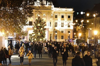 Na Hviezdoslavovom námestí v Starom Meste sa pohybujú stovky ľudí aj napriek pandémii.