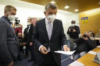 Český premiér a líder kandidátky hnutia ANO Andrej Babiš počas hlasovania v českých parlamentných voľbách v piatok 8. októbra 2021 v českom meste Lovosice.