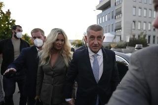 Český premiér a líder kandidátky hnutia ANO Andrej Babiš prichádza so svojou manželkou Monikou 9. októbra 2021 v Prahe.  Víťazom volieb do českej Poslaneckej snemovne sa stala pravicová koalícia SPOLU, ktorá tesne predstihla hnutie ANO doterajšieho premiéra Andreja Babiša.