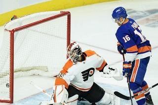 Slovenský hokejista v drese New Yorku Islanders Richard Pánik (vpravo) a brankár Philadelphie Flyers  Martin Jones.