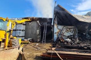 V Jasenove horela výrobná hala.