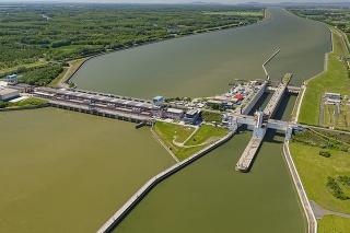 Na leteckej snímke vodná elektráreň Gabčíkovo a vpravo dve plavebné komory, v pozadí prívodný plavebný kanál.