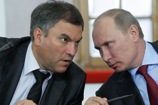 Vjačeslav Volodin na rchívnej snímke z 23. mája 2011 s vtedajším ruským premiérom Vladimirom Putinom