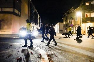 Polícia na mieste činu po útoku v Nórskom meste Kongsberg v stredu 13. októbra 2021. Niekoľko ľudí bolo zabitých a ďalší zranení mužom, ktorý bol ozbrojený lukom a šipmi v meste západne od hlavného Osla.