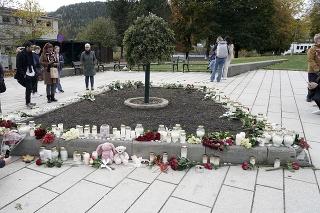 Kvety a sviečky sú položené po stredajšom útoku muža v nórskom meste Kongsberg