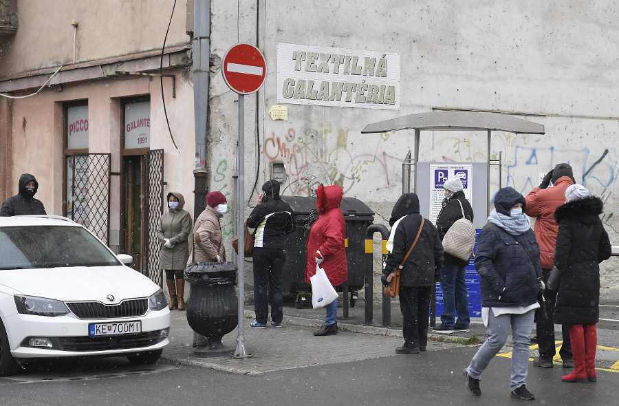 Ľudia čakajú pred textilnou