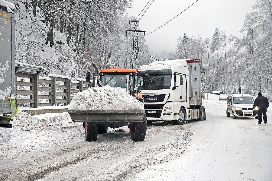 Traktor ťahal kamión, radlicu