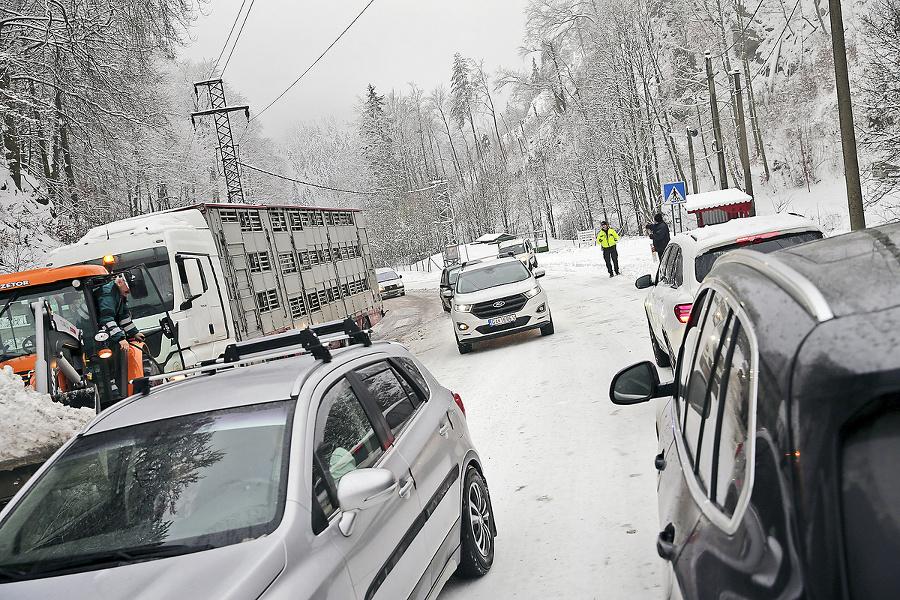 Stojace kamióny na horskom