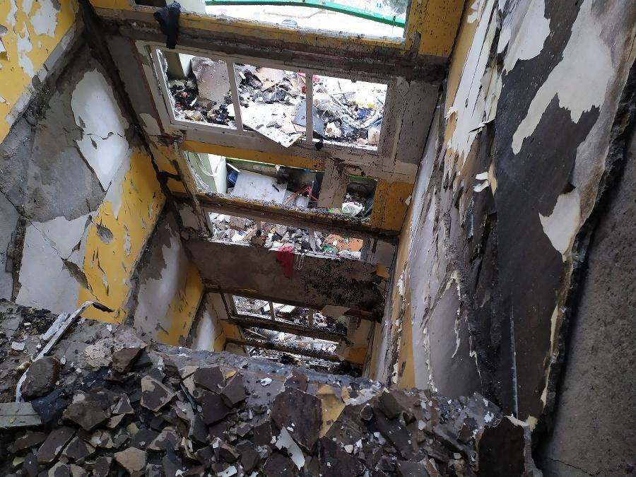 V zničenom obytnom dome