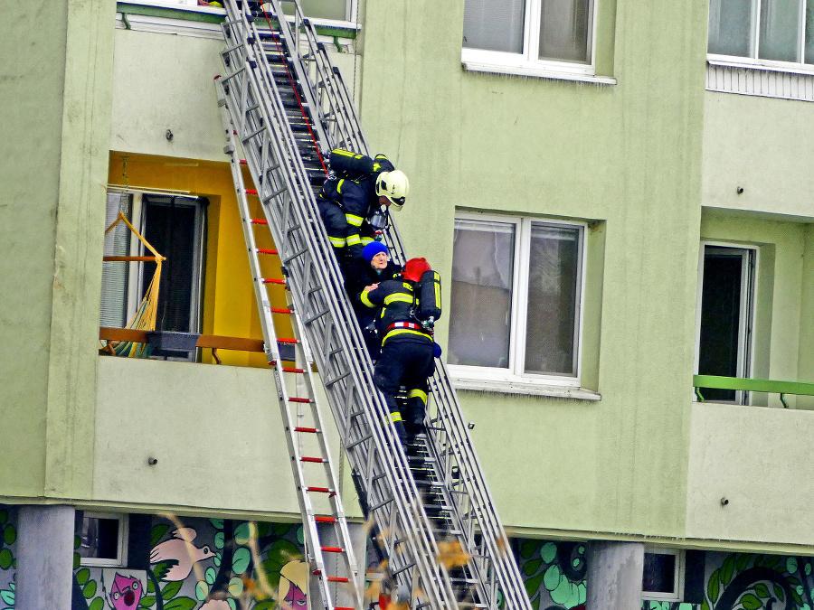 Hasiči evakuovali niekoľko desiatok