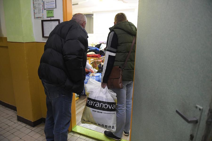 Ľudia prinášajú materiálnu pomoc