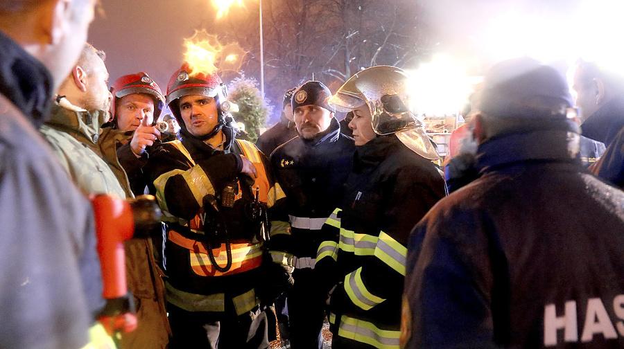 Zasahovalo vyše sto hasičov.