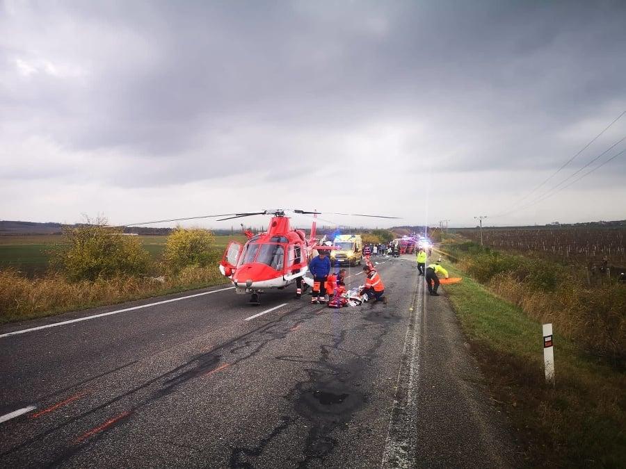 Zranených transportoval vrtuľník.