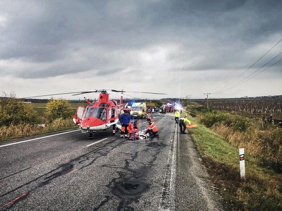 Zranených odvážal vrtuľník.