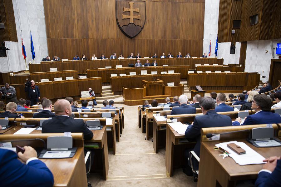 Poslanci počas rokovania parlamentu