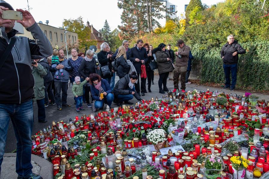 Sviečky a kvety pred