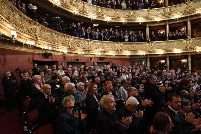 Národné divadlo praskalo vo