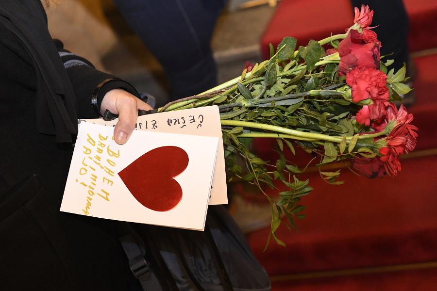 Okrem kvetov prinášali ľudia