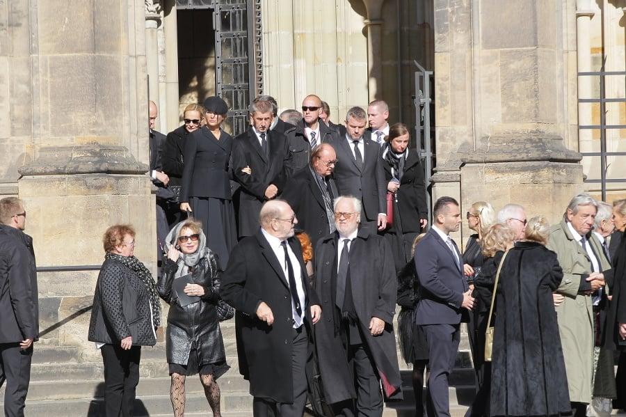 Odchod hostí z pohrebu.