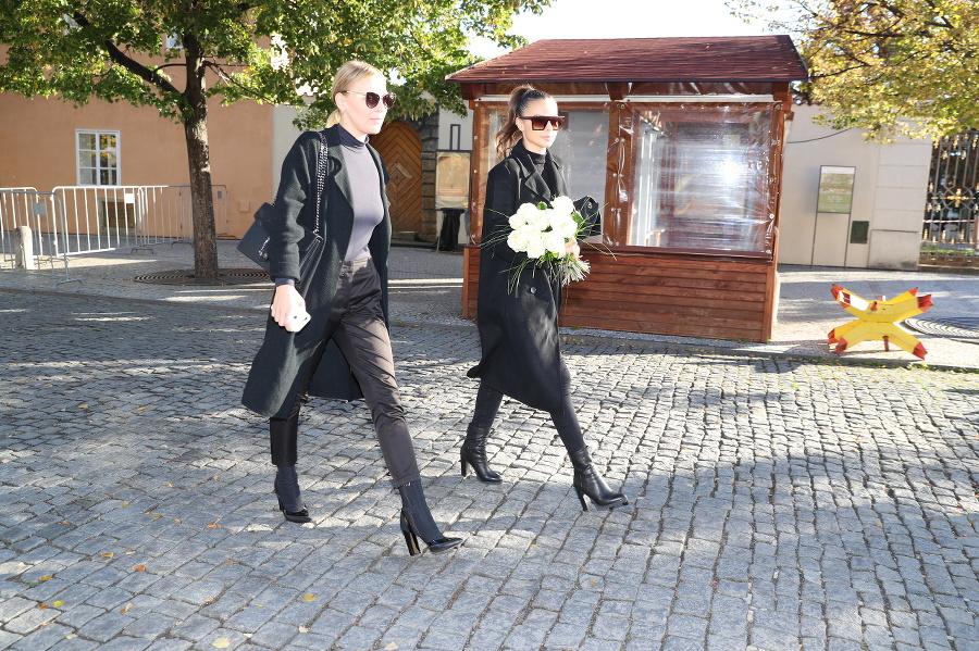 Vpravo Monika Bagárová