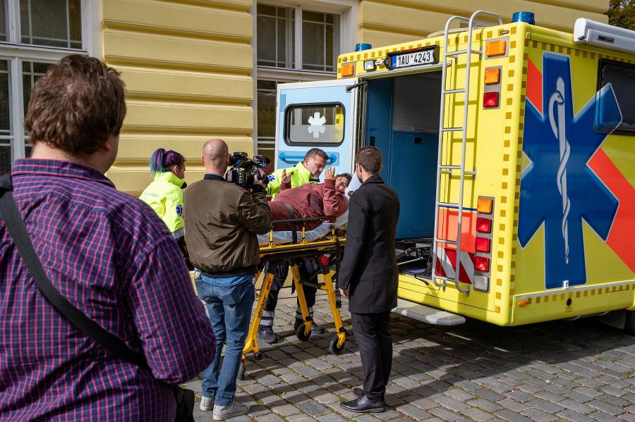Záchranári museli ošetriť ženu.