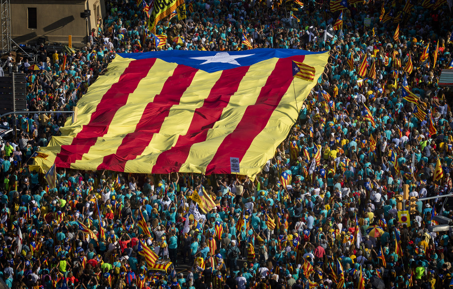 Demonštranti nesú obrovskú katalánsku