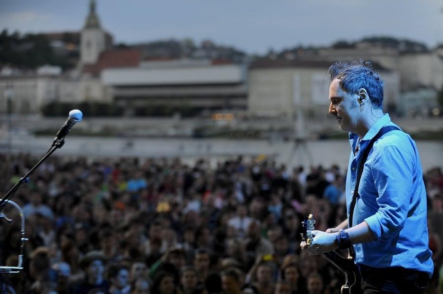 Spevák a gitarista kapely