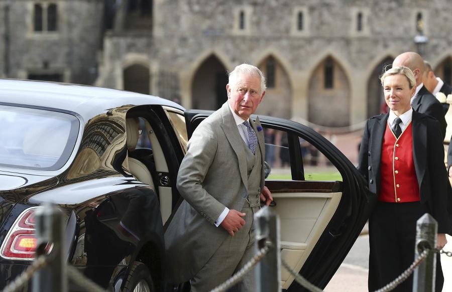 Princ Charles pri príchode