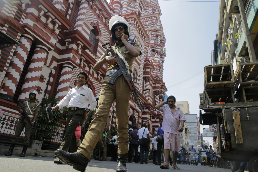 Srílanský policajt hliadkuje pri