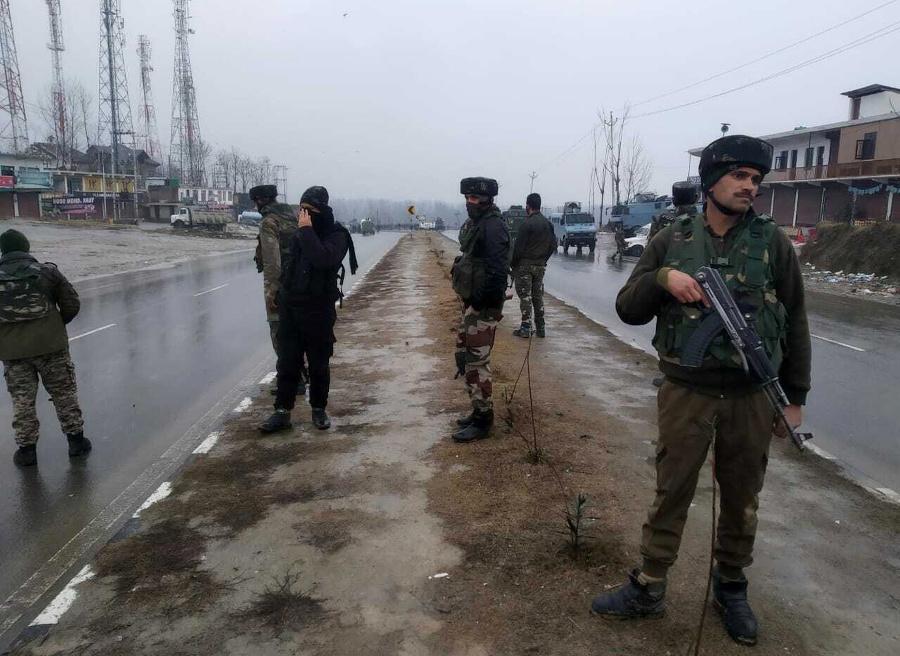 Vojaci hliadkujú po výbuchu