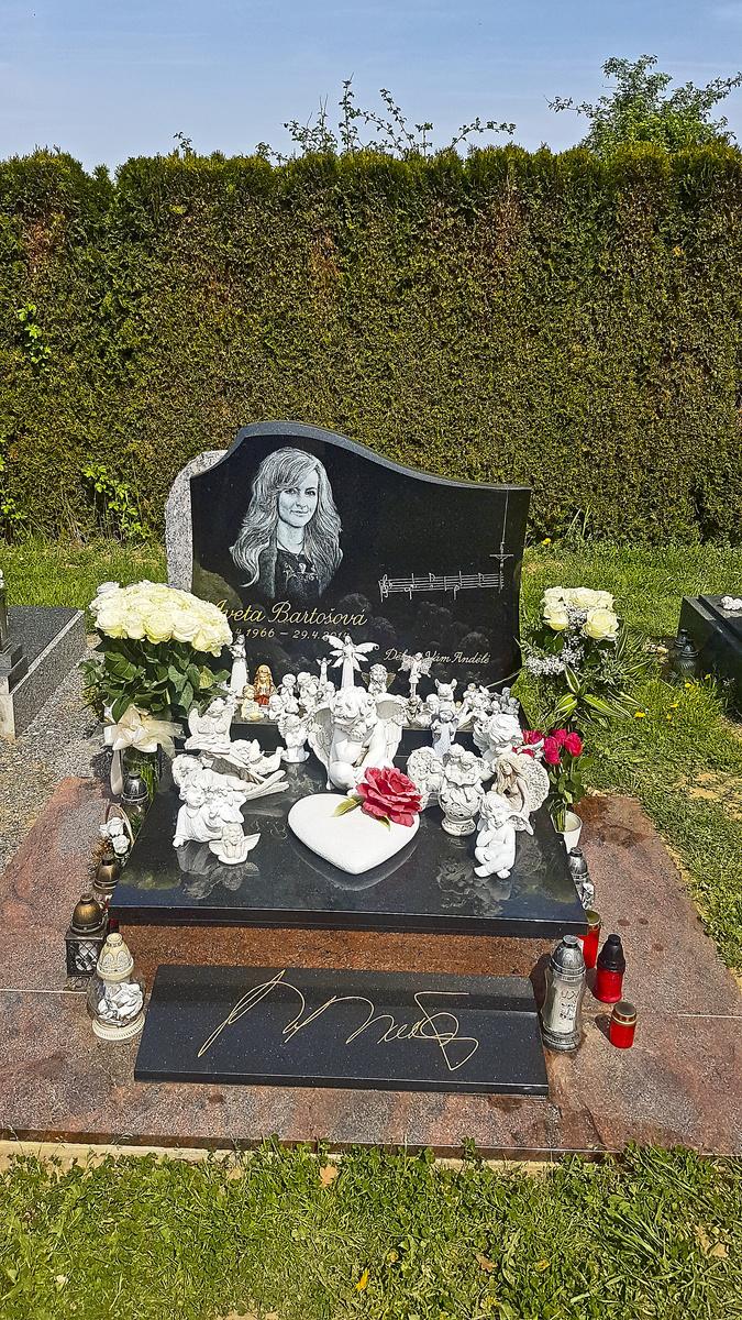 Speváčkin hrob zdobí desiatka