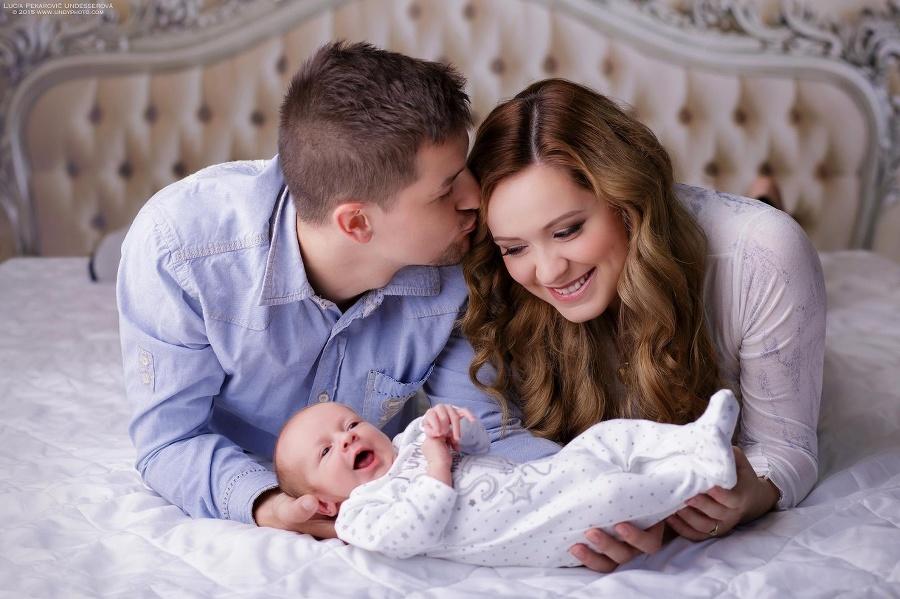 Šťastná mladá rodinka v