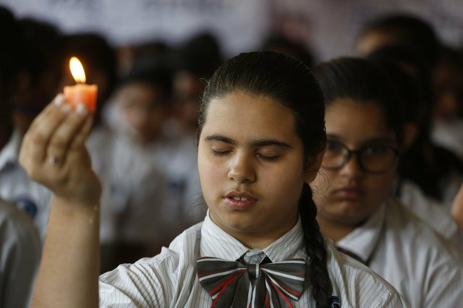 Indickí študenti si uctievajú