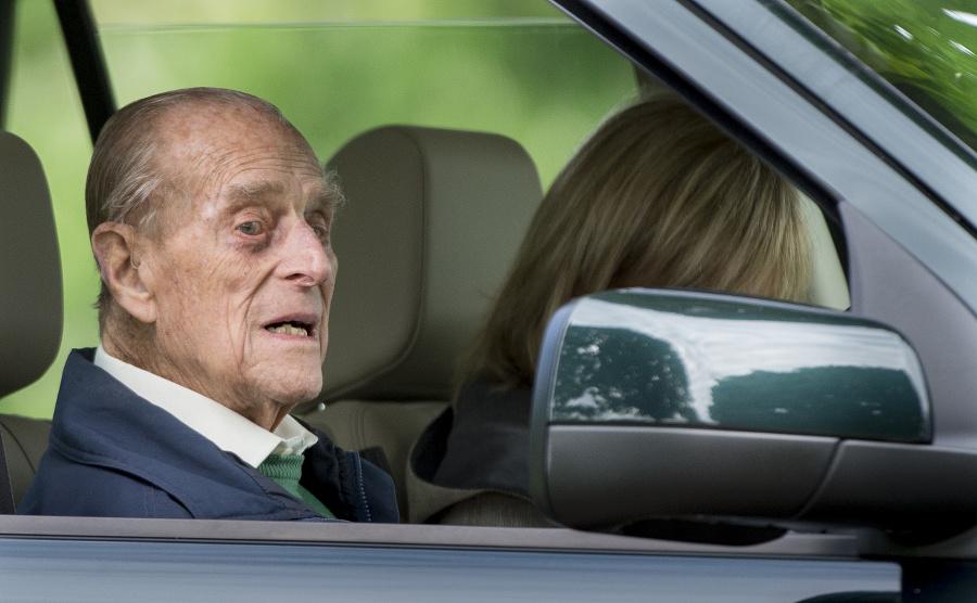 Princ Phillip za volantom.