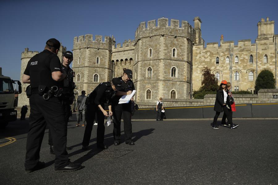 Policajti pred zámkom Windsor.