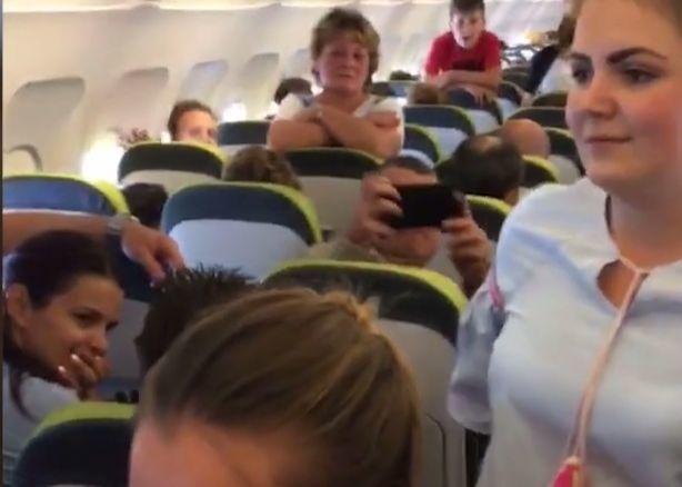 Pasažieri v lietadle sa