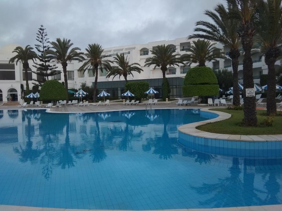 Rozľahlé bazény pred hotelom