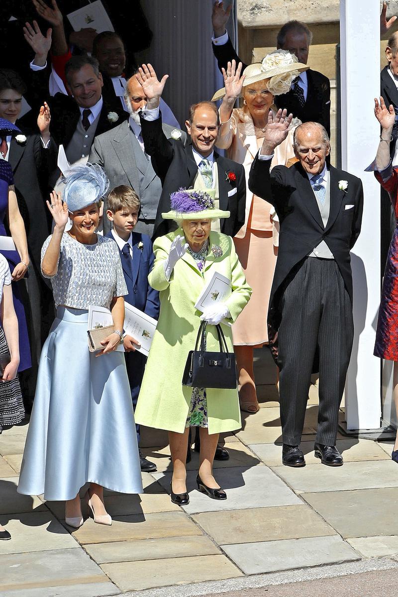 Kráľovská rodina máva prítomným.