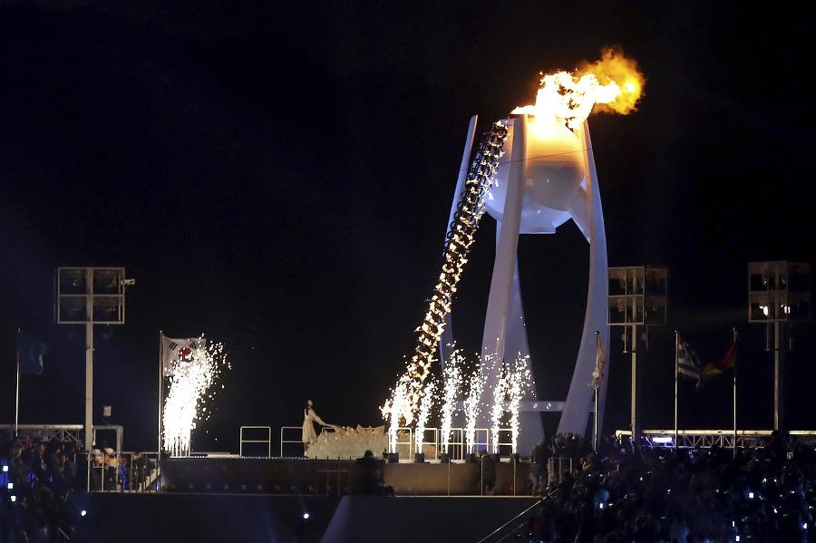Olympijský oheň zapálila hrdinka