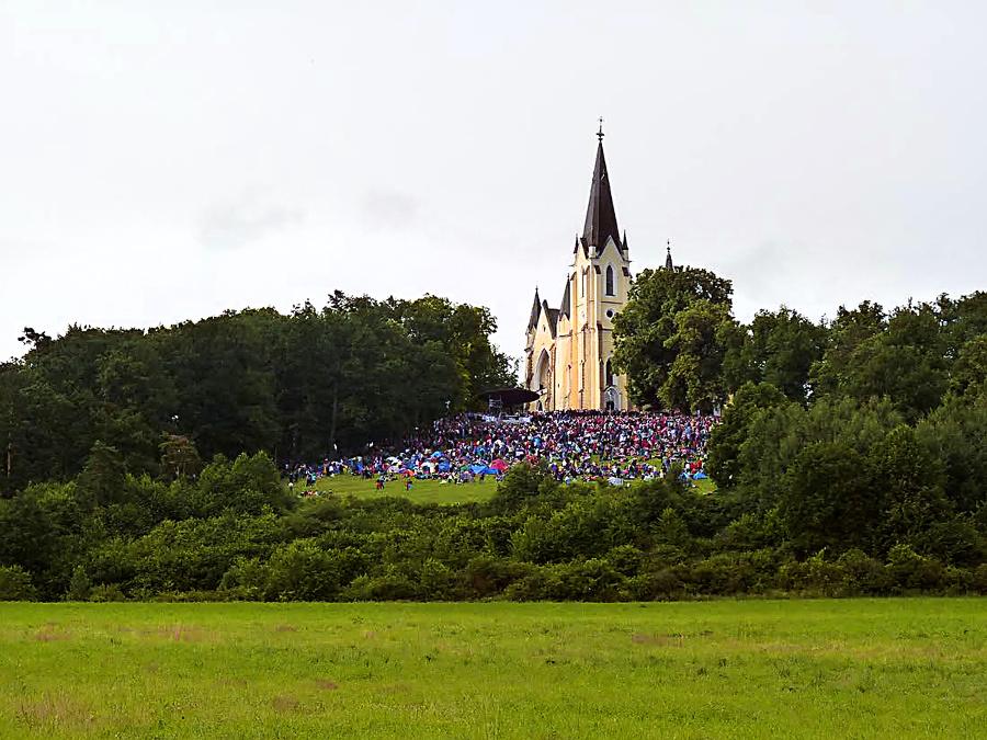 2020 - Mariánsku horu pravidelne navštevujú státisíce veriacich.