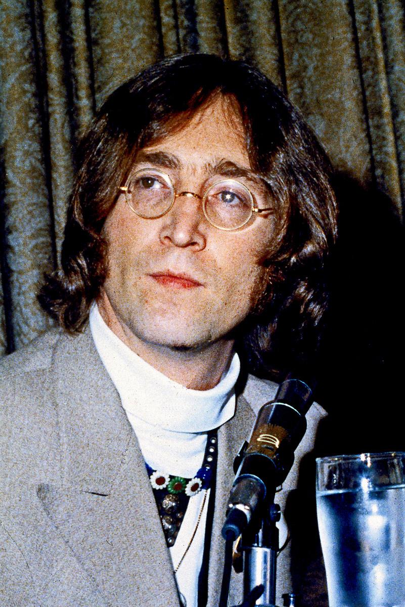 Typickým Lennonovým (†40) znakom