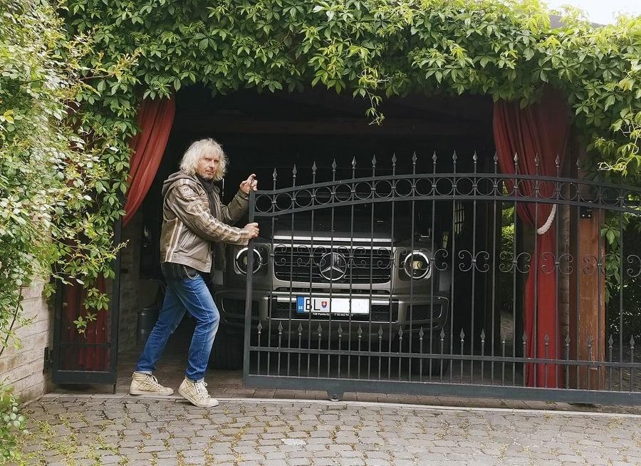 Spevák miluje silné autá.