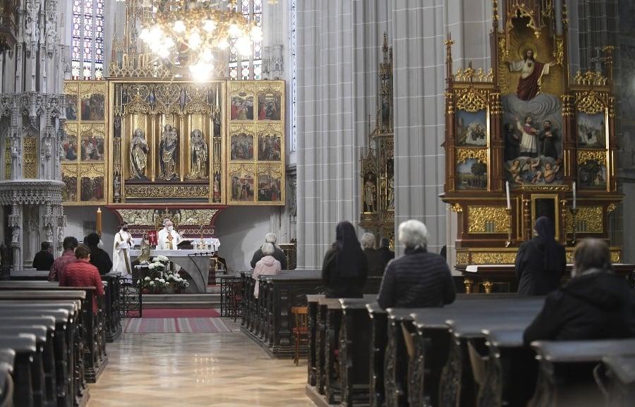 Veriaci počas verejnej bohoslužby