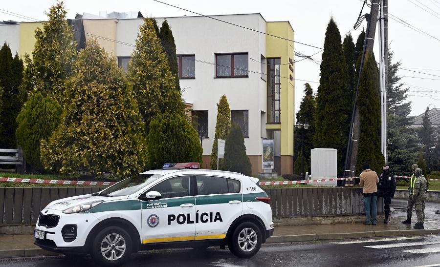 Policajné auto pred Obecným